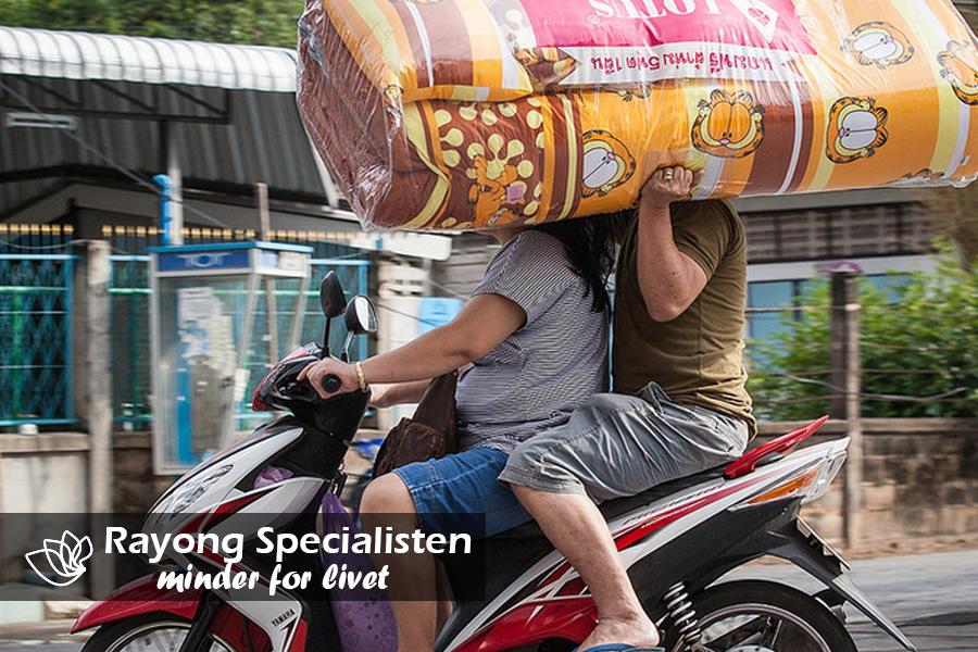 Alt kan transporteres på en scooter i Rayong