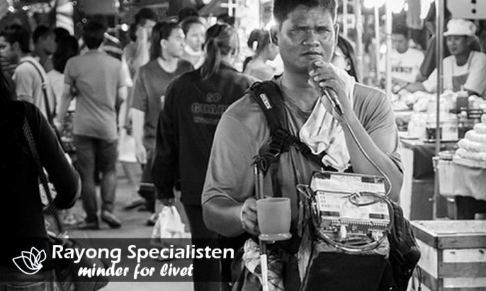 Blind person spiller musik på nattemarkedet i Rayong