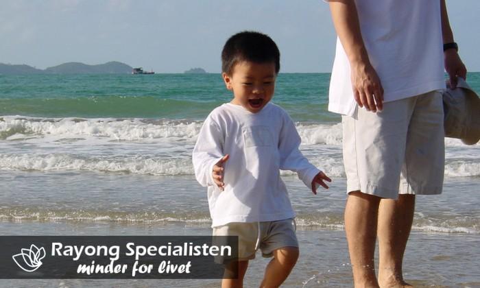Dreng nyder stranden i Rayong